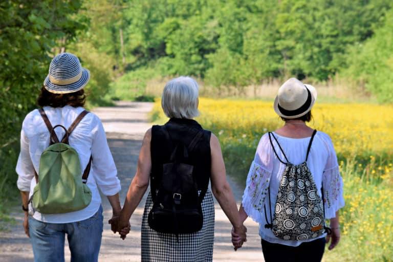 Vrouwen wandelen in het bos